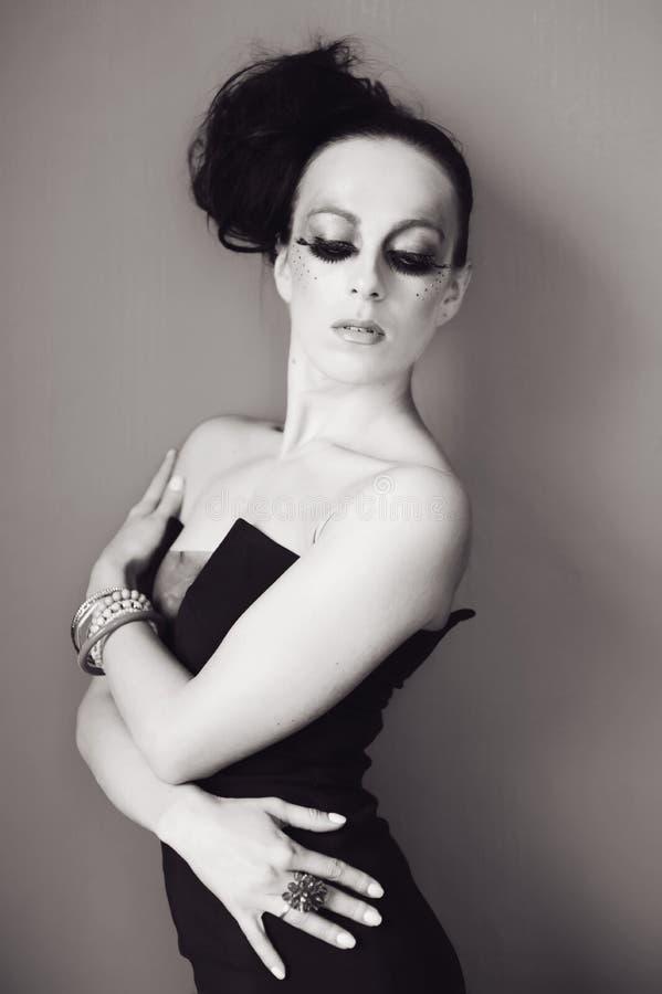 Mujer con el peinado y el maquillaje de la moda imagen de archivo libre de regalías
