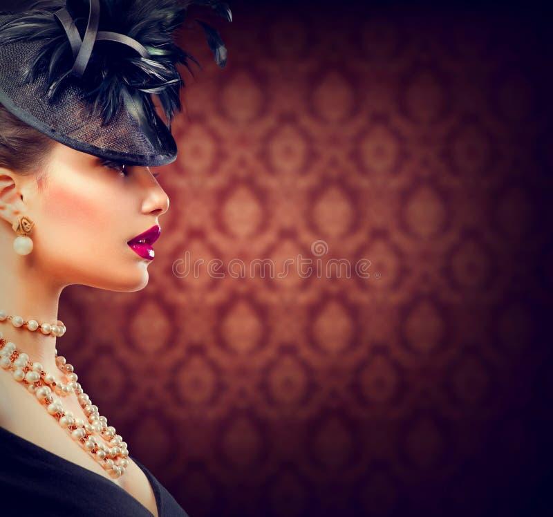Mujer con el peinado y el maquillaje diseñados retros imagen de archivo libre de regalías