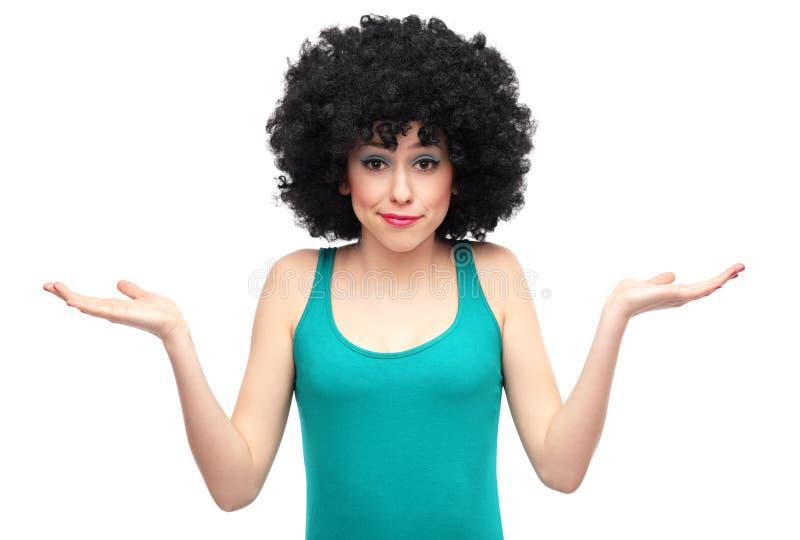 Mujer con el pelo afro que expresa la confusión