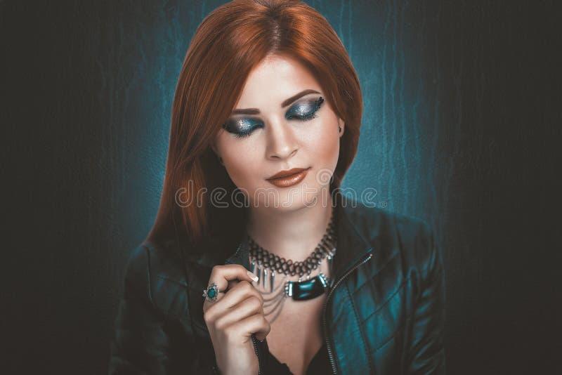 Mujer con el pelo anaranjado brillante foto de archivo