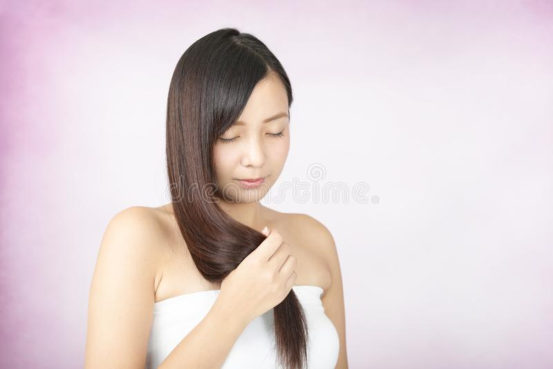 Mujer con el pelo largo hermoso imagen de archivo
