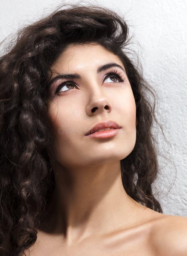 Mujer con el pelo rizado foto de archivo