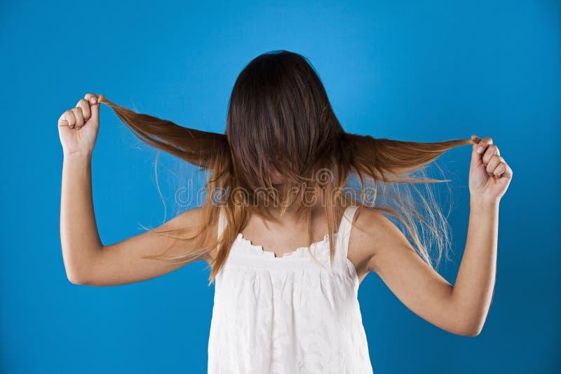 Mujer con el pelo sobre su cara fotografía de archivo