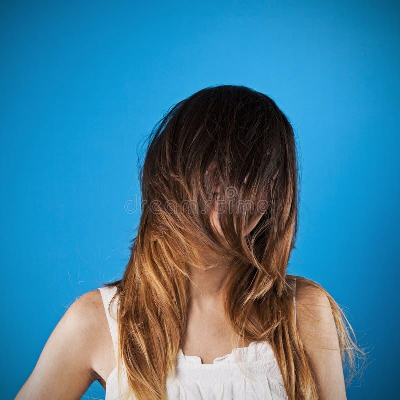 Mujer con el pelo sobre su cara fotos de archivo libres de regalías