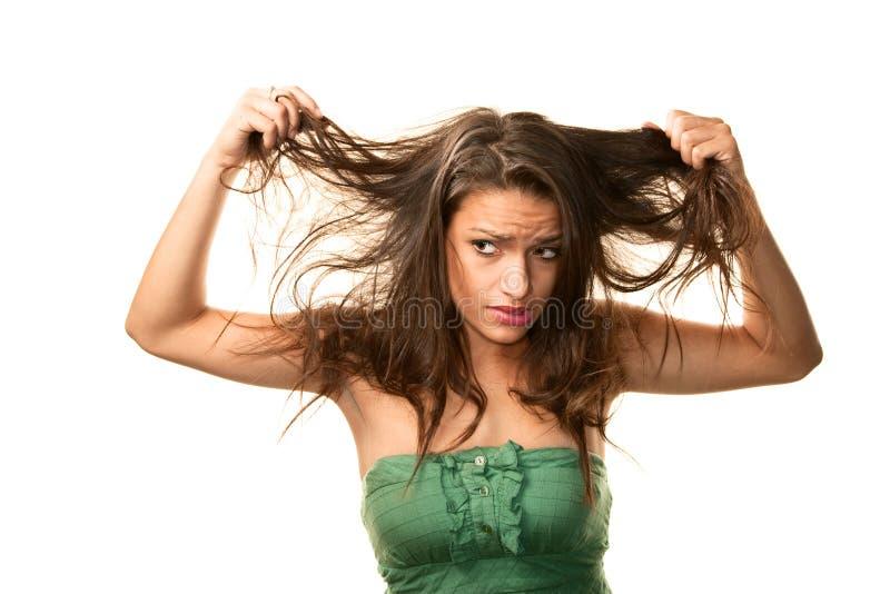 Mujer con el pelo sucio imagen de archivo