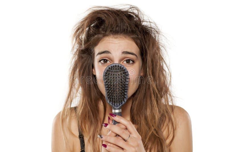 Mujer con el pelo sucio fotografía de archivo