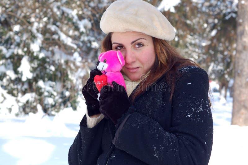 Mujer con el peluche de la tarjeta del día de San Valentín fotos de archivo libres de regalías