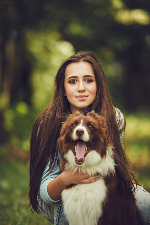 Mujer con el perro del collie fotos de archivo