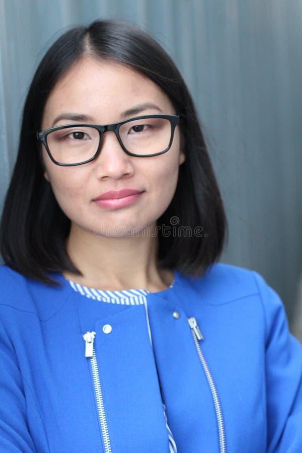 Mujer con el primer neutral de la expresión foto de archivo