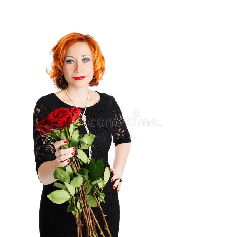 Mujer con el ramo de rosas rojas foto de archivo