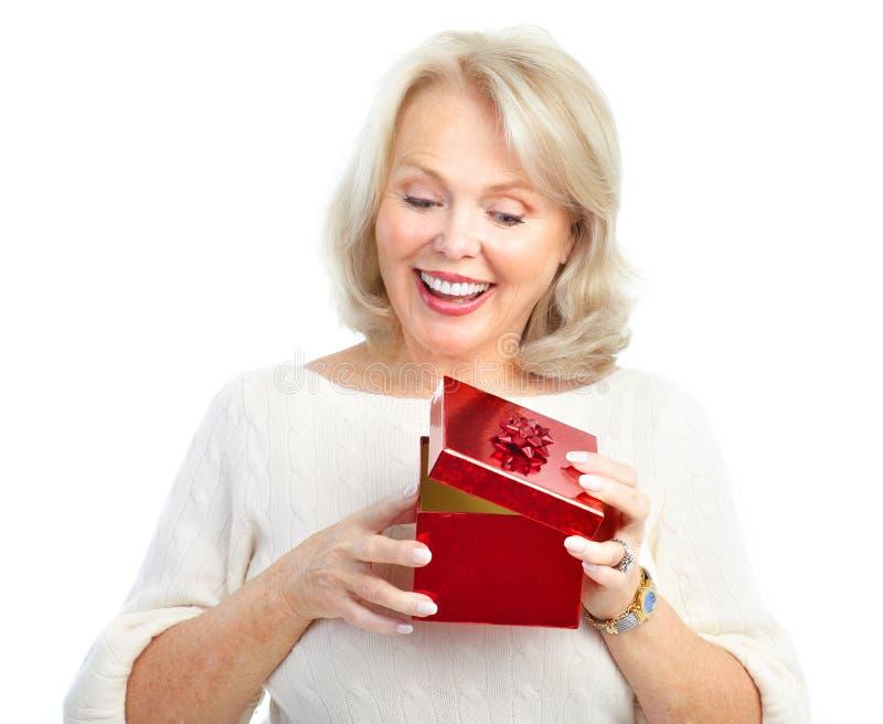 Mujer con el regalo fotografía de archivo libre de regalías