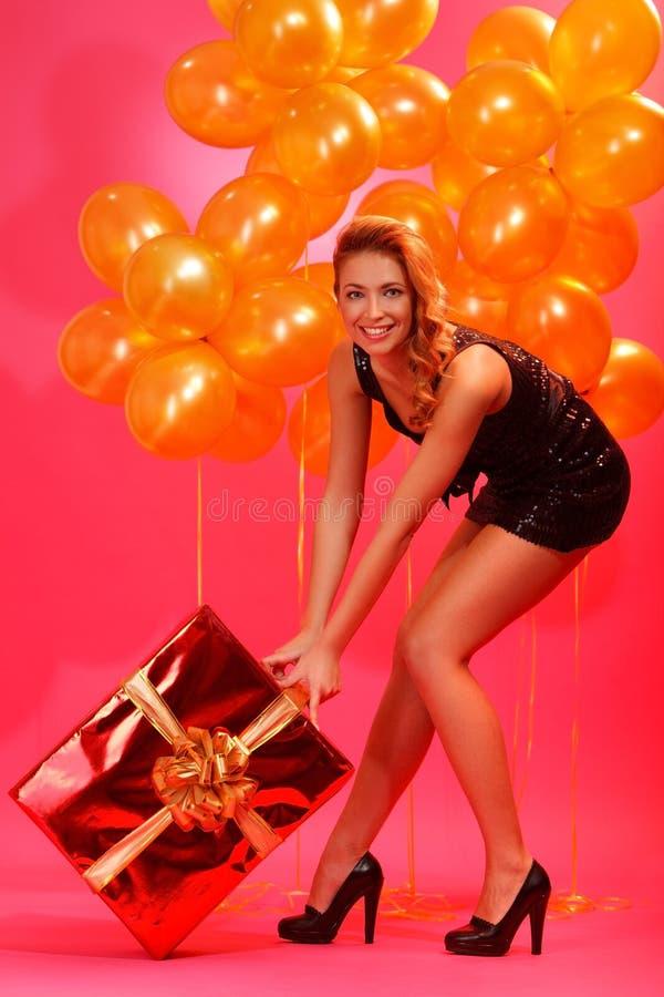 Mujer con el regalo imagen de archivo libre de regalías