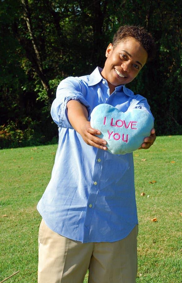 Mujer con el regalo 2 del día de tarjeta del día de San Valentín fotografía de archivo libre de regalías