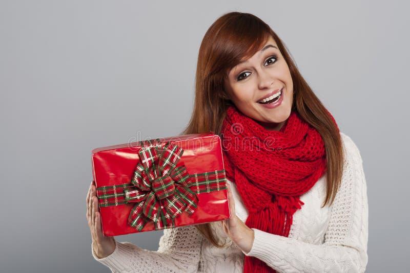 Mujer con el regalo fotos de archivo libres de regalías