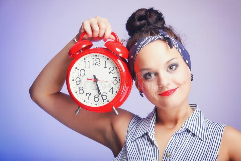 Mujer con el reloj rojo. Concepto de la gestión de tiempo. imagen de archivo libre de regalías