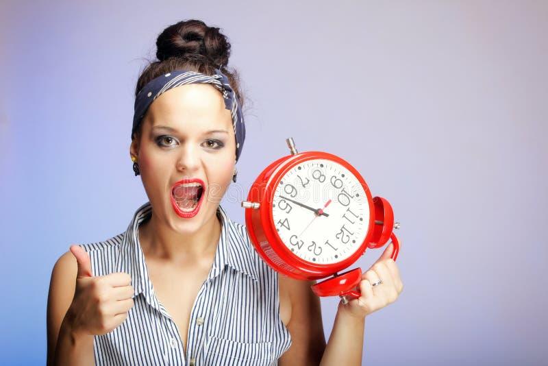 Mujer con el reloj rojo. Concepto de la gestión de tiempo. fotos de archivo