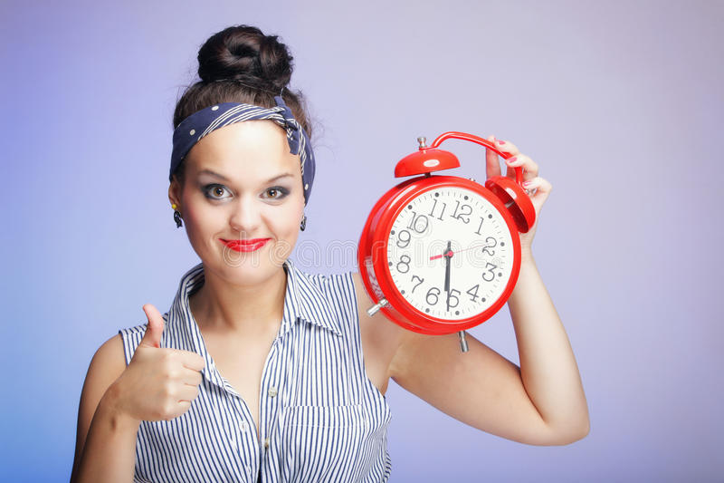 Mujer con el reloj rojo. Concepto de la gestión de tiempo. imagen de archivo