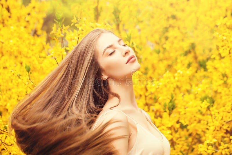 Mujer con el retrato del pelo que sopla Muchacha hermosa en fondo de la fantas?a fotografía de archivo