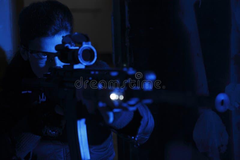 Mujer con el rifle de asalto fotografía de archivo
