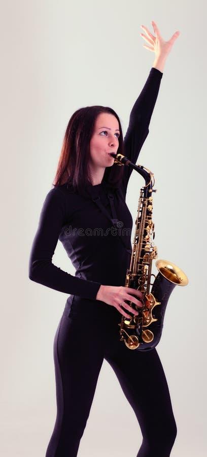 Mujer con el saxofón. foto de archivo