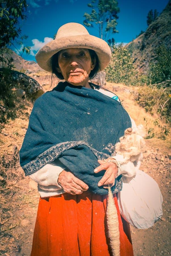Mujer con el sombrero blanco en Perú foto de archivo libre de regalías