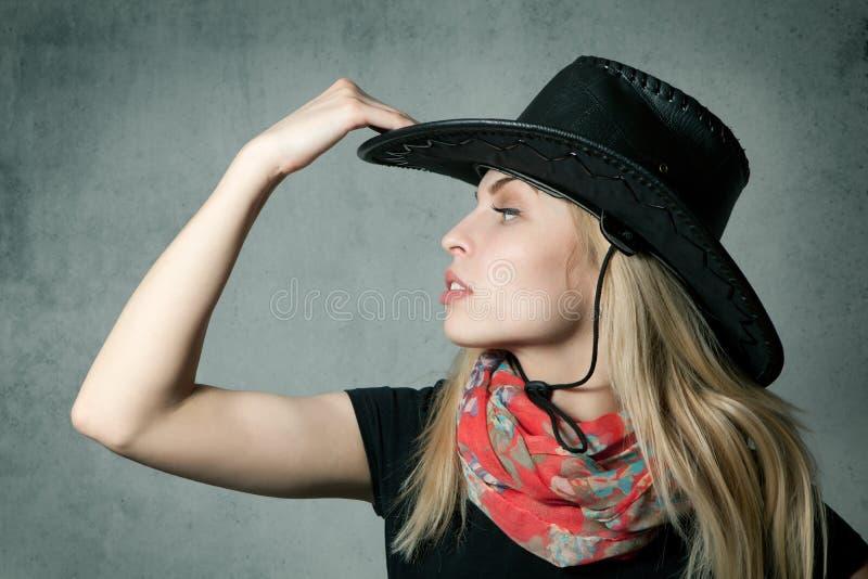 Mujer con el sombrero de vaquero fotografía de archivo