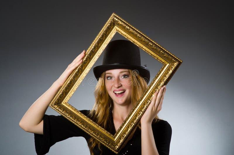 Mujer con el sombrero del vintage = imagen de archivo