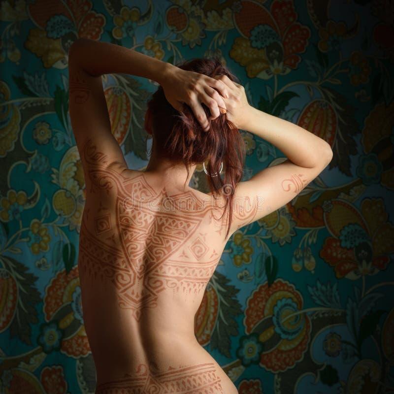 Mujer con el tatuaje imágenes de archivo libres de regalías
