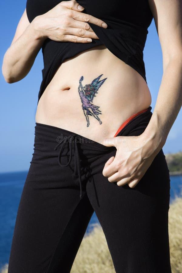 Mujer con el tatuaje de hadas. imagen de archivo libre de regalías