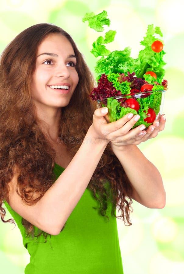 Mujer con el tazón de fuente de ensalada imagen de archivo