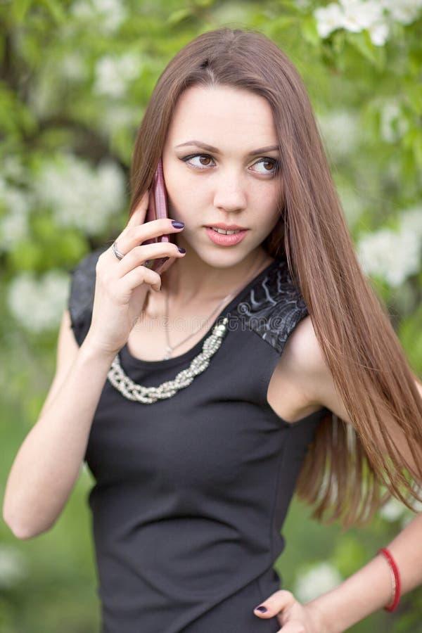 mujer con el teléfono celular foto de archivo libre de regalías