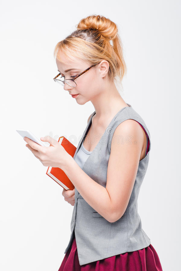 mujer con el teléfono Daño y ventajas del móvil imagenes de archivo