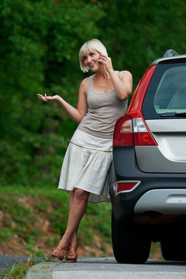 Mujer con el teléfono móvil foto de archivo libre de regalías