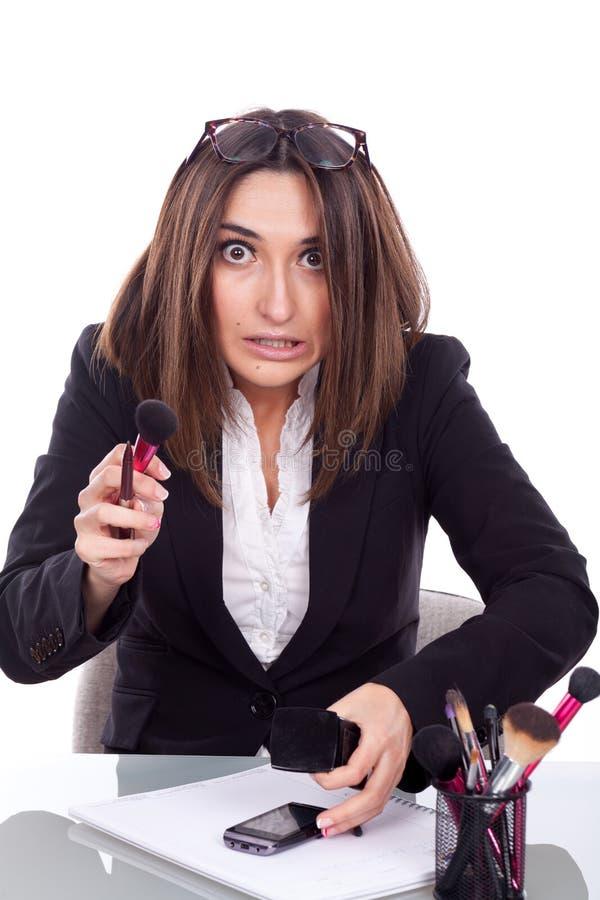 Mujer con el trabajo del maquillaje foto de archivo libre de regalías