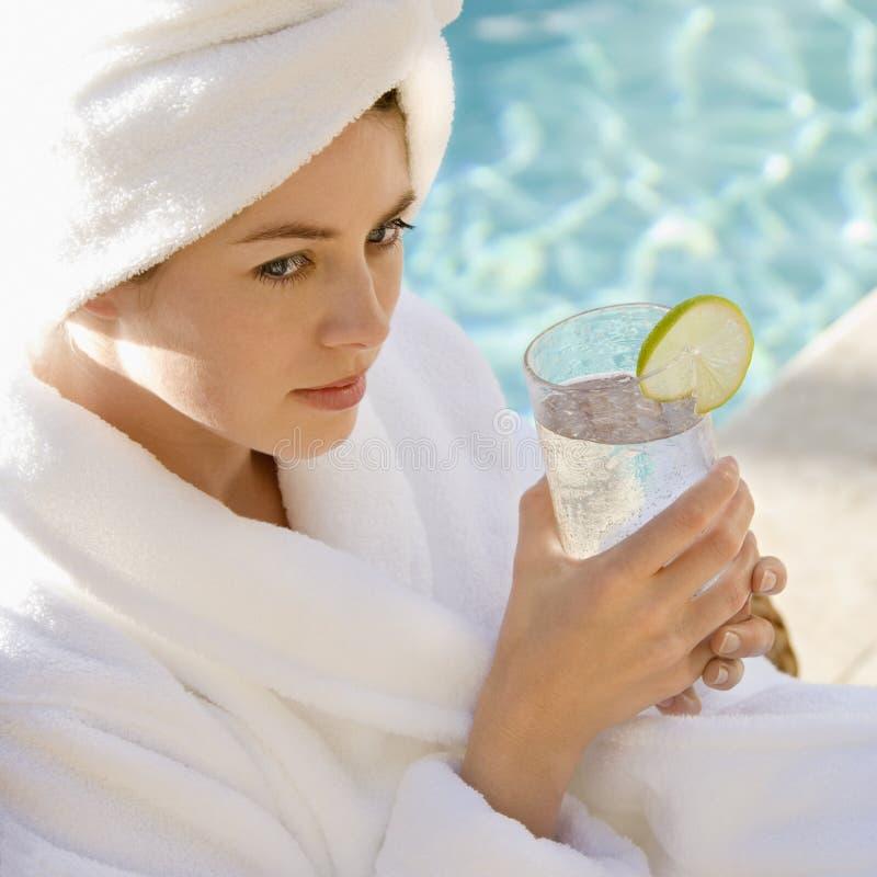 Mujer con el vidrio de agua. imagen de archivo