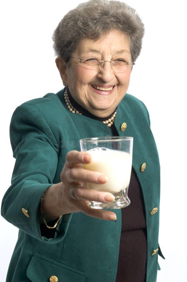 Mujer con el vidrio de leche fotos de archivo libres de regalías
