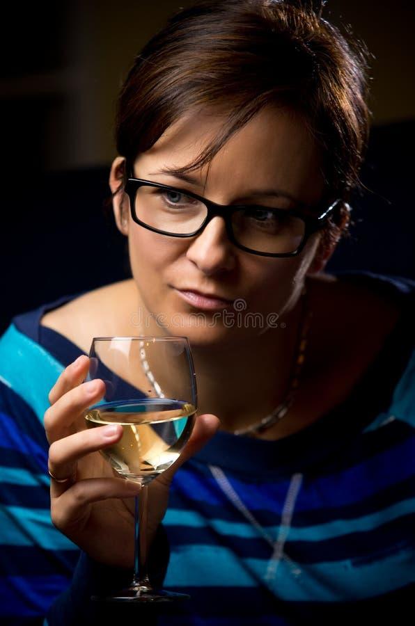 Mujer Con El Vidrio De Vino Fotografía de archivo