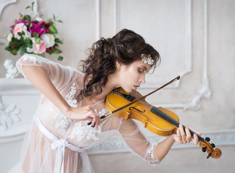 Mujer con el violín en el peignoir blanco boudoir seductive imágenes de archivo libres de regalías