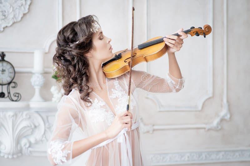 Mujer con el violín en el peignoir blanco boudoir seductive imagen de archivo