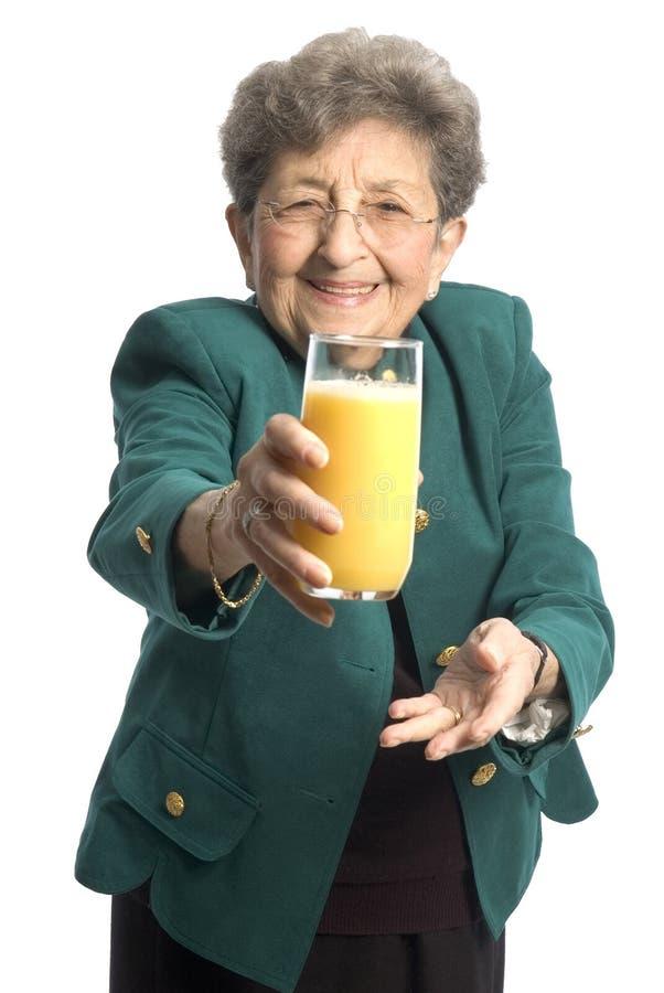 Mujer con el zumo de naranja imagenes de archivo