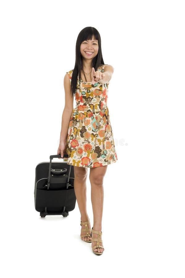Mujer con equipaje que señala con el dedo imágenes de archivo libres de regalías