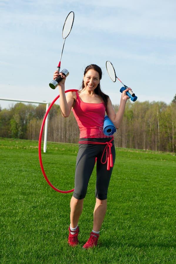 Mujer con equipos de deporte