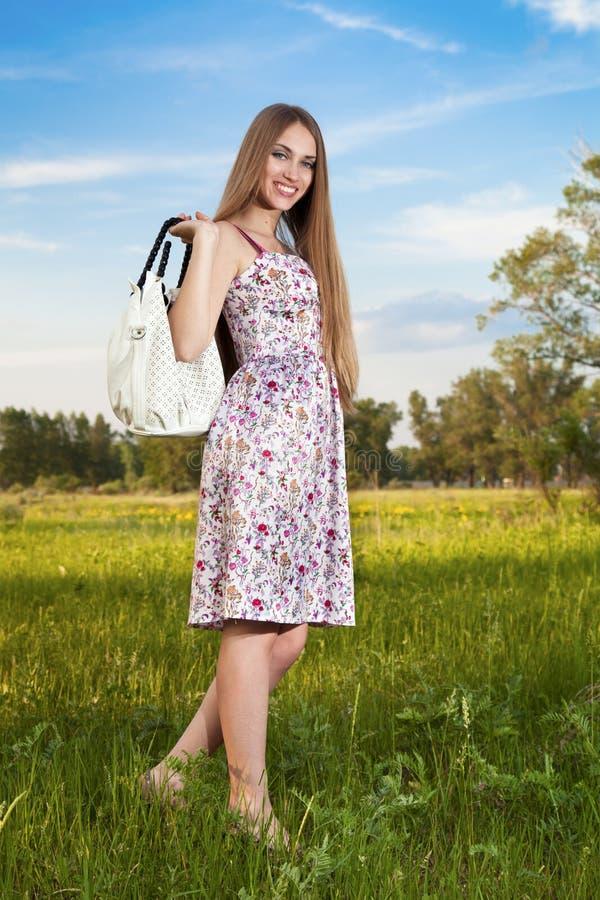 Mujer con estilo en alineada con el bolso al aire libre fotos de archivo libres de regalías
