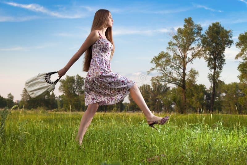 Mujer con estilo en alineada con el bolso al aire libre fotografía de archivo libre de regalías