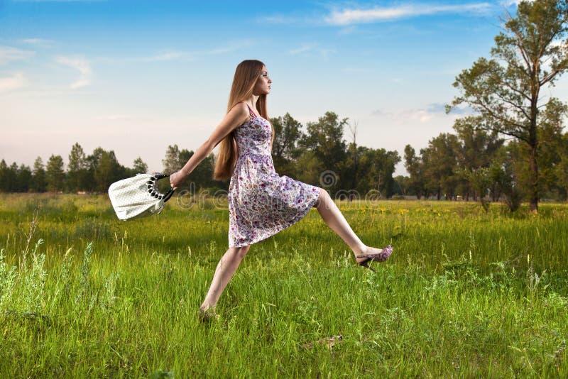 Mujer con estilo en alineada con el bolso al aire libre imágenes de archivo libres de regalías