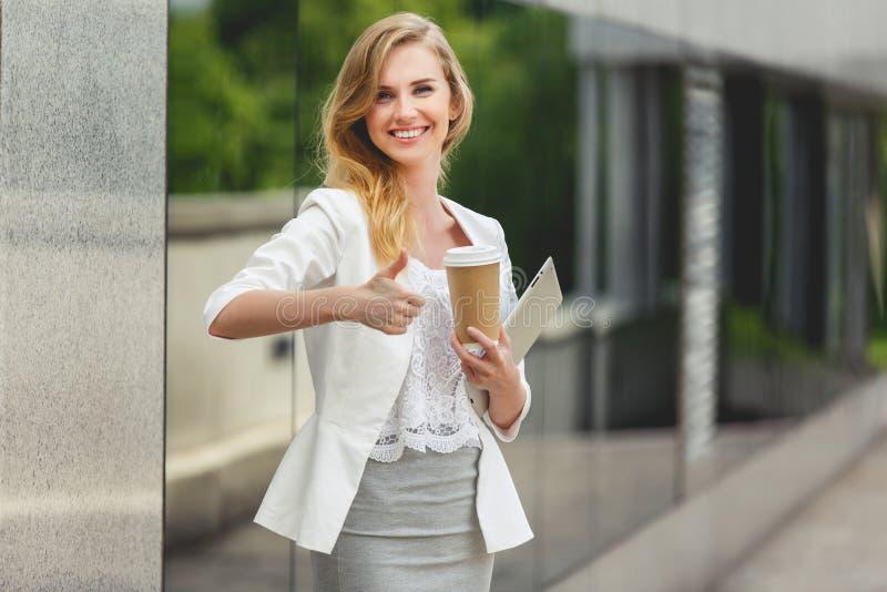 Mujer con estilo joven imagen de archivo libre de regalías