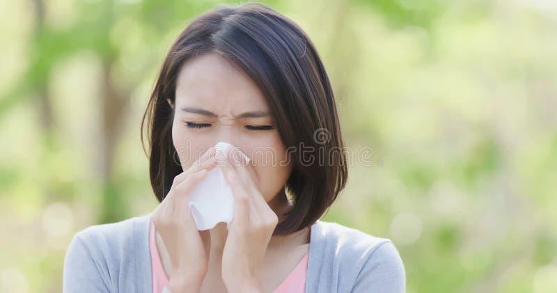 Mujer con fiebre de heno fotos de archivo