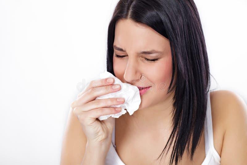 Mujer con gripe o alergia imagenes de archivo