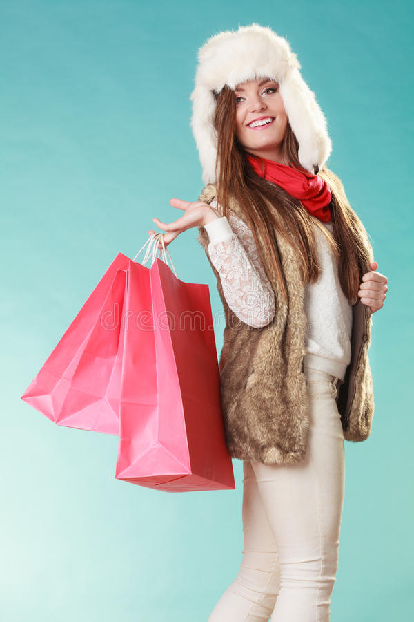 Mujer con hacer compras de los bolsos Moda del invierno imagen de archivo