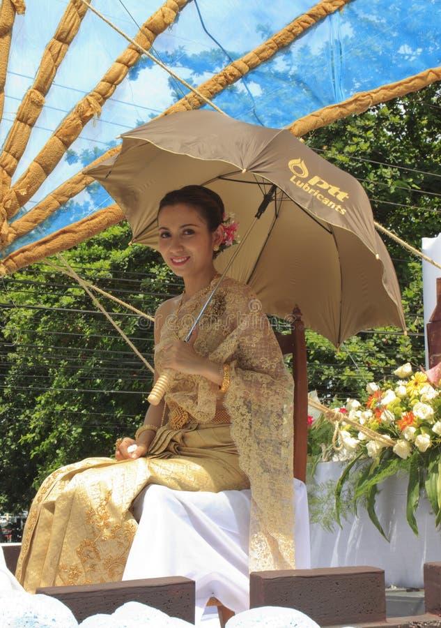 Mujer con la alineada tailandesa foto de archivo